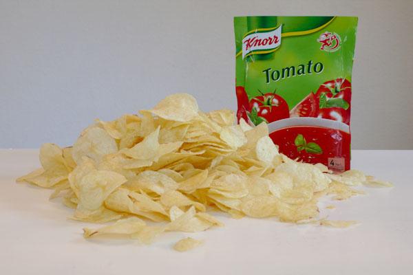 Chips und Tomatensuppe