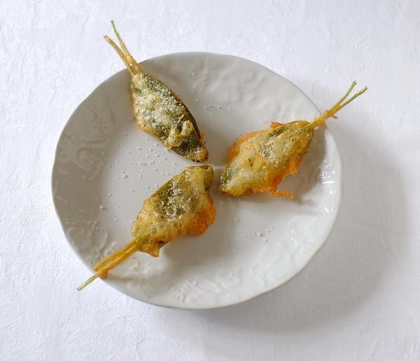 Mit Sardellen frittierte Salbeiblätter