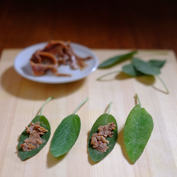 Salbeiblätter mit Sardellen